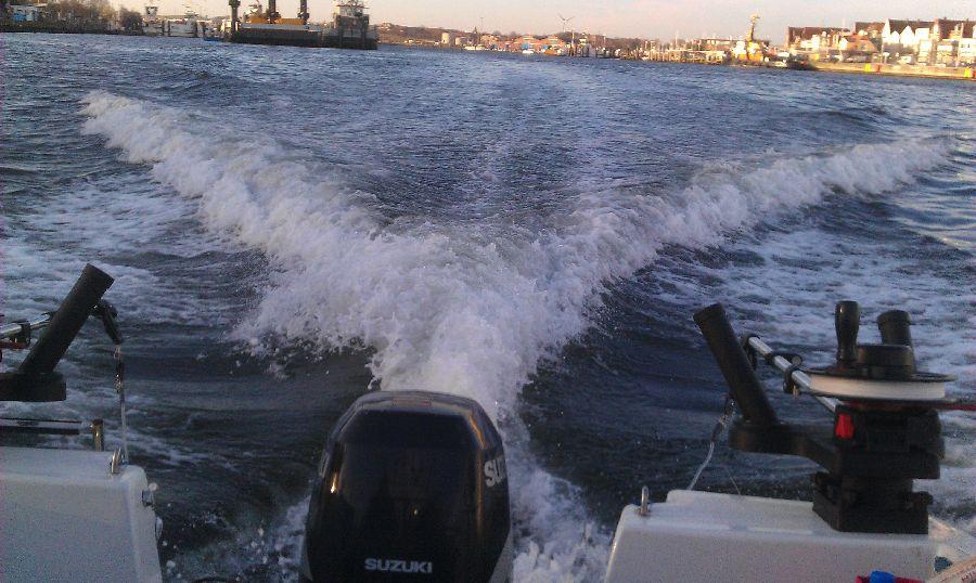 langsame Fahrt im Hafenbereich der Trave