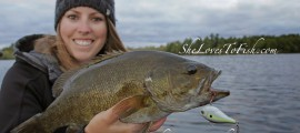 Ashley mit einem Smallmouthbass