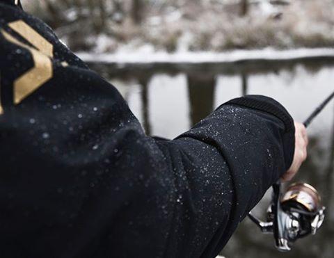 Beim Angeln im Winter sollte man passend angezogen sein Imhellip