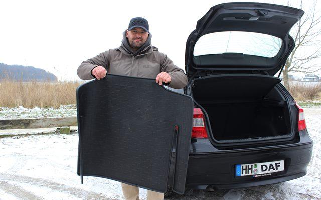 Kofferraumwanne beim BMW sauber machen