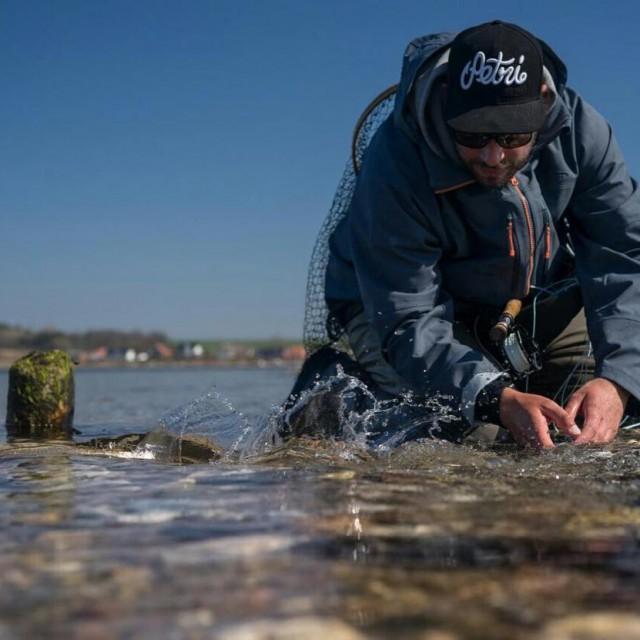 soerendaftench releasing a searunbrowntrout on Fyn Pic rolfdichtamfisch dichtamfisch dafstuffhellip